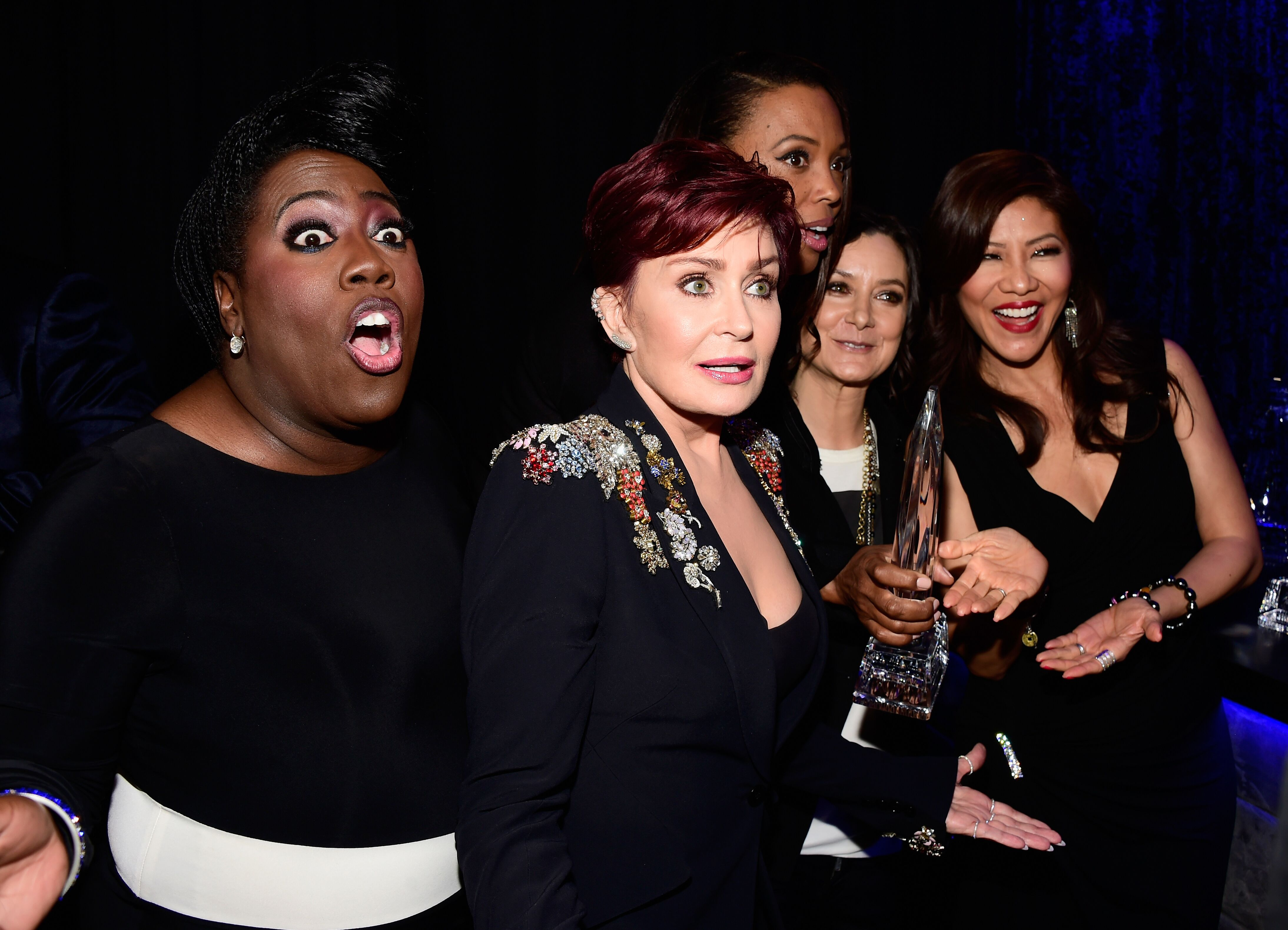 Sheryl Underwood, Sharon Osbourne, Aisha Tyler, Sara Gilbert and Julie Chen with the award for Favorite Daytime TV Hosting Team at the People's Choice Awards 2016 | Source: Getty Images