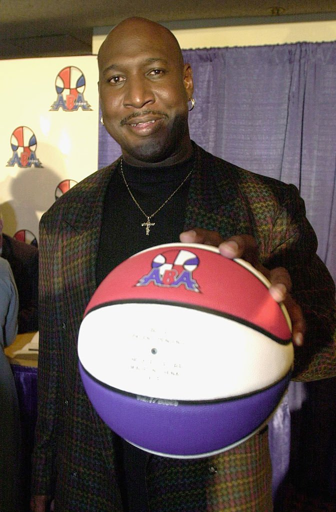 Daryl Dawkins palms a basketball at a press conference announcing the ABA 2000 basketball league on October 5, 2000 | Photo: Getty Images
