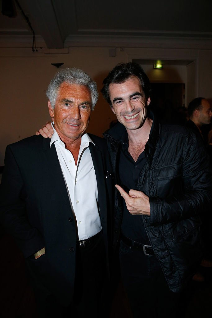 Jean-Paul Enthoven et son fils philosophe Raphael Enthoven le Concert de Patrick Bruel au Théâtre du Châtelet le 6 juin 2016 à Paris, France. | Photo : Getty Images