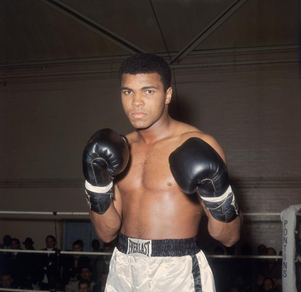 Muhammad Ali en formation au Royal Artillery Gymnasium de Londres pour son prochain combat avec le champion britannique Henry Cooper. | Photo : Getty Images