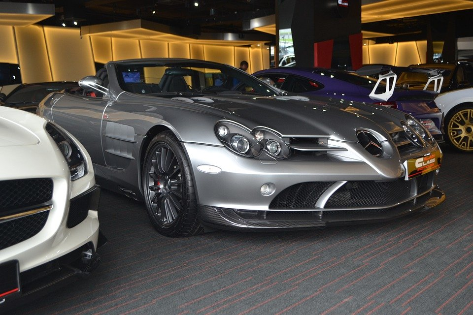 A photo of the Mercedes Benz SLR McLaren in a show room. | Photo: Pixabay.