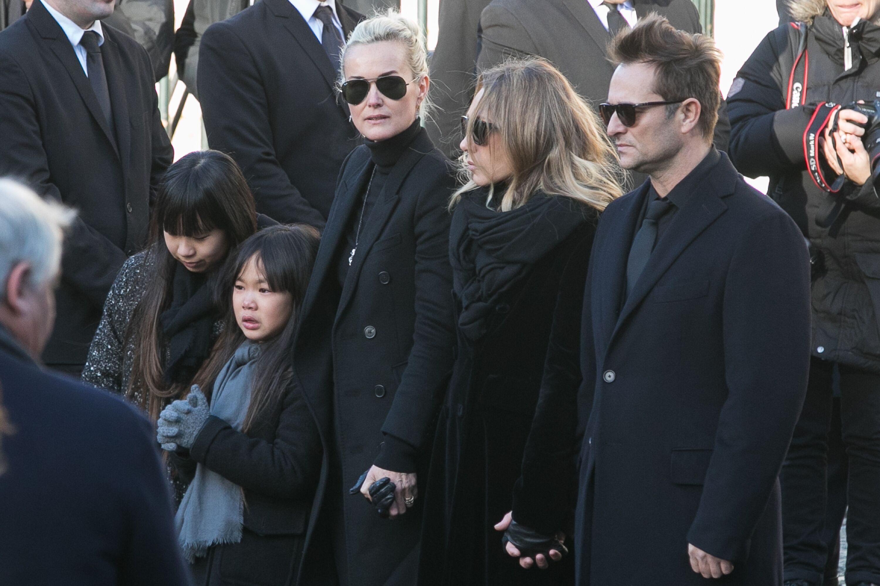 Jade, Joy, Laeticia Hallyday, Laura Smet et David Hallyday sont vus lors des funérailles de Johnny Hallyday à l'église De La Madeleine à Paris, France. | Photo : Getty Images