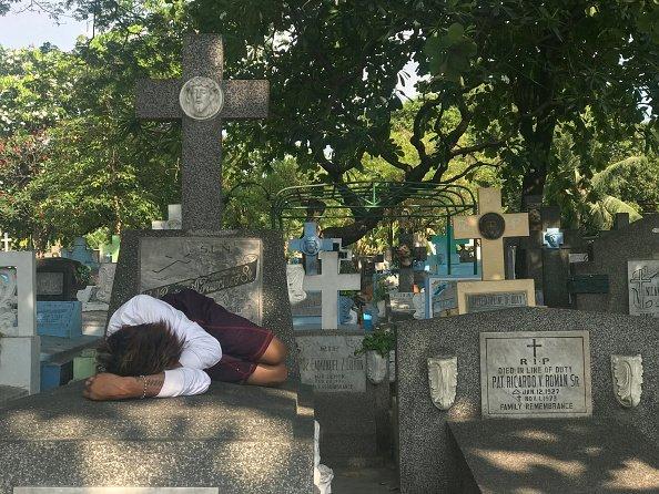 Indigente duerme en el cementerio más grande de las Filipinas. Fuente: Getty Images/Global Images Ukraine