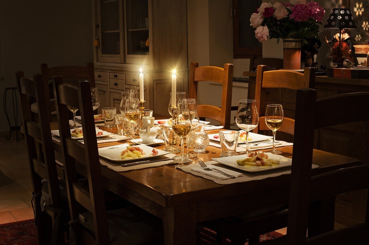 A decked out dinner table with candles lit   Photo: Pixabay/Jill Wellington