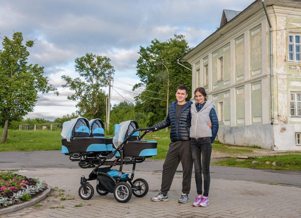 Un couple en promenade avec leurs triplés. Photo : Shutterstock
