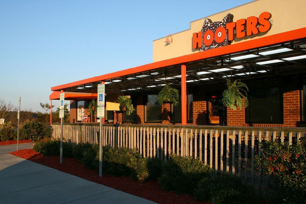 Hooters restaurant. | Photo: Wikimedia Commons Images