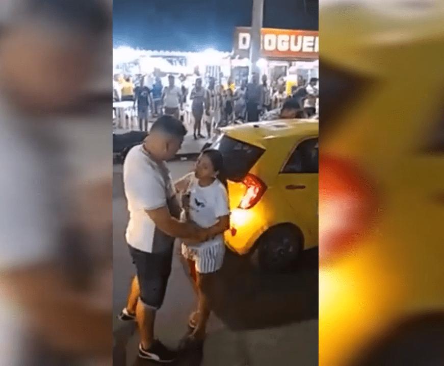 Une femme tient la main de son mari et fait un scandale dans la rue : YouTube / El Mundo Viral