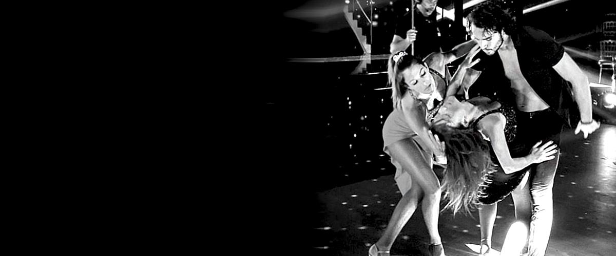 Iris Mittenaere et Elsa Esnoult s'embrassent à la fin de leur prestation dans DALS