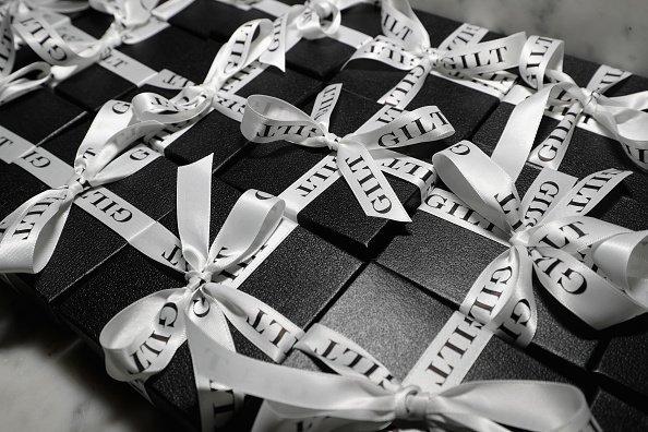 Geschenkboxen in Schwarz-Weiß - Quelle: Getty Images