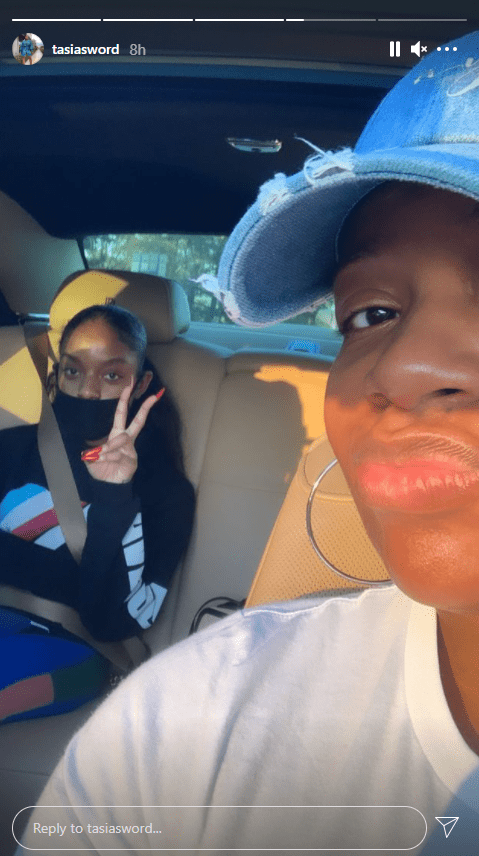 Daughter of Fantasia Barrino, Zion, pulling the peace sign in the back of the car while her mother drives. | Source: Instagram/tasiasword