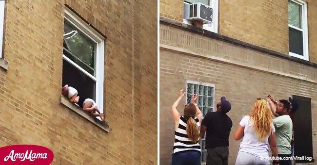 Dos bebés cuelgan de una ventana mientras los testigos buscan atraparlos en aterrador video