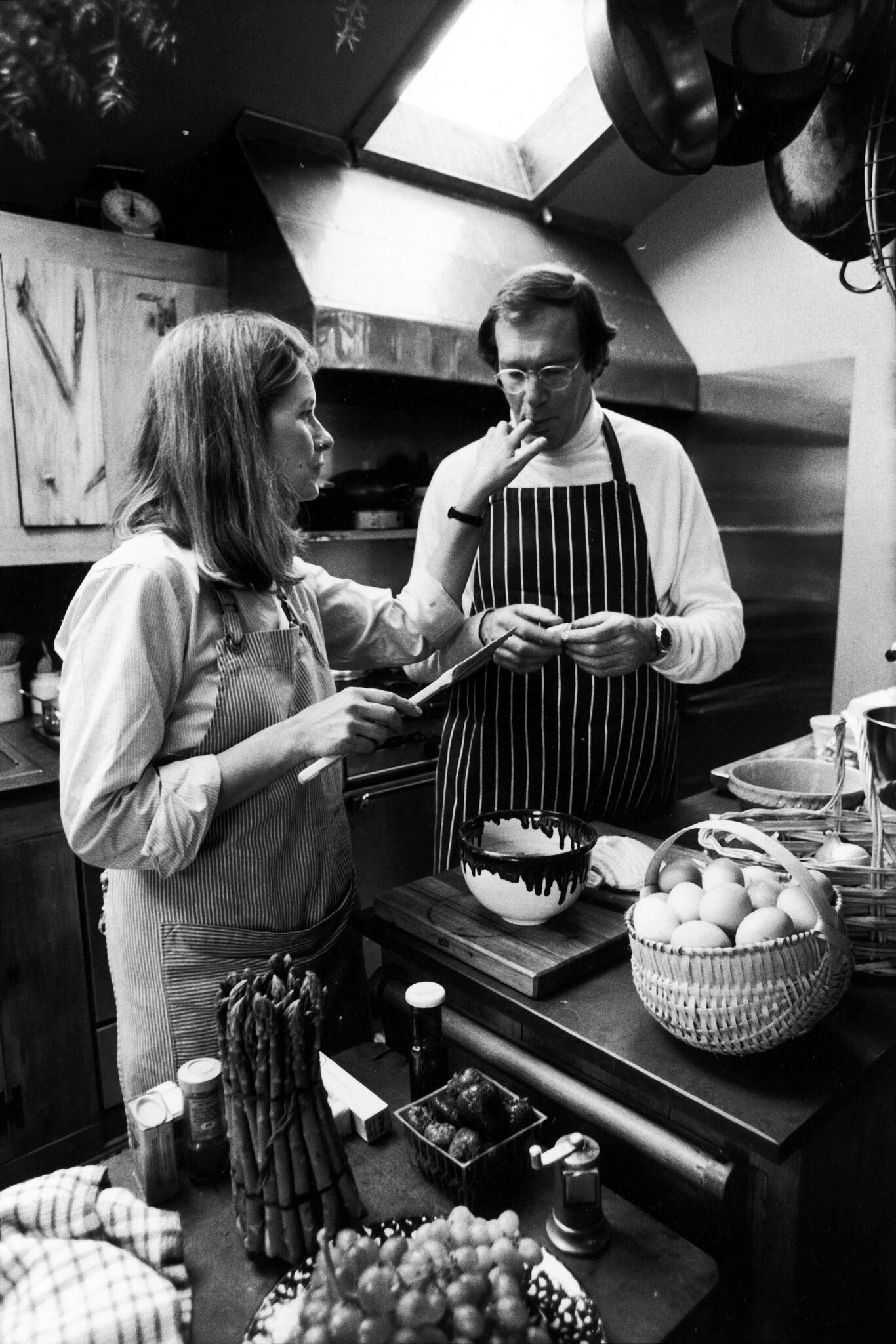 Caterer Martha Stewart and husband, publisher Andy Stewart, baking in their kitchen | Getty Images