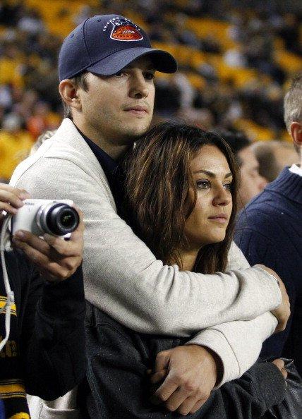 Mila Kunis und Ashton Kutcher, Spiel Chicago Bears v Pittsbugh Steelers, Pittsburgh, 2013 | Quelle: Getty Images