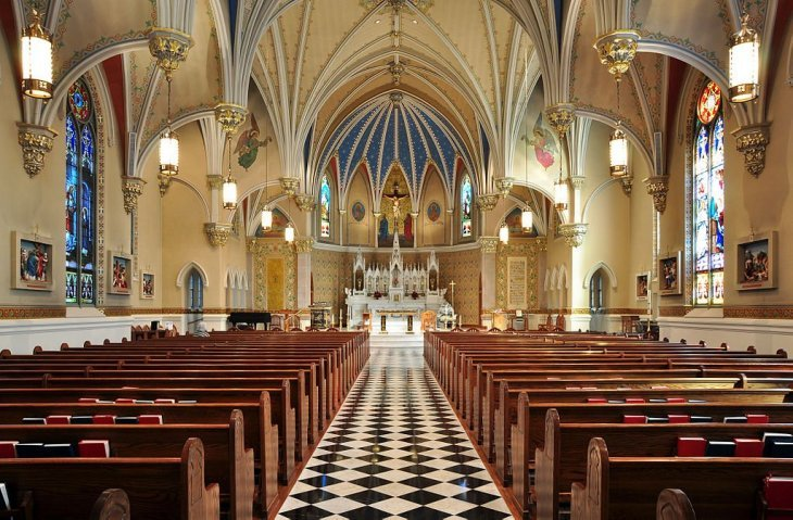 Source : Joe Ravi, Interior of St Andrew's Catholic Church in Roanoke, Virginia, CC BY-SA 3.0. Wikimedia Commons