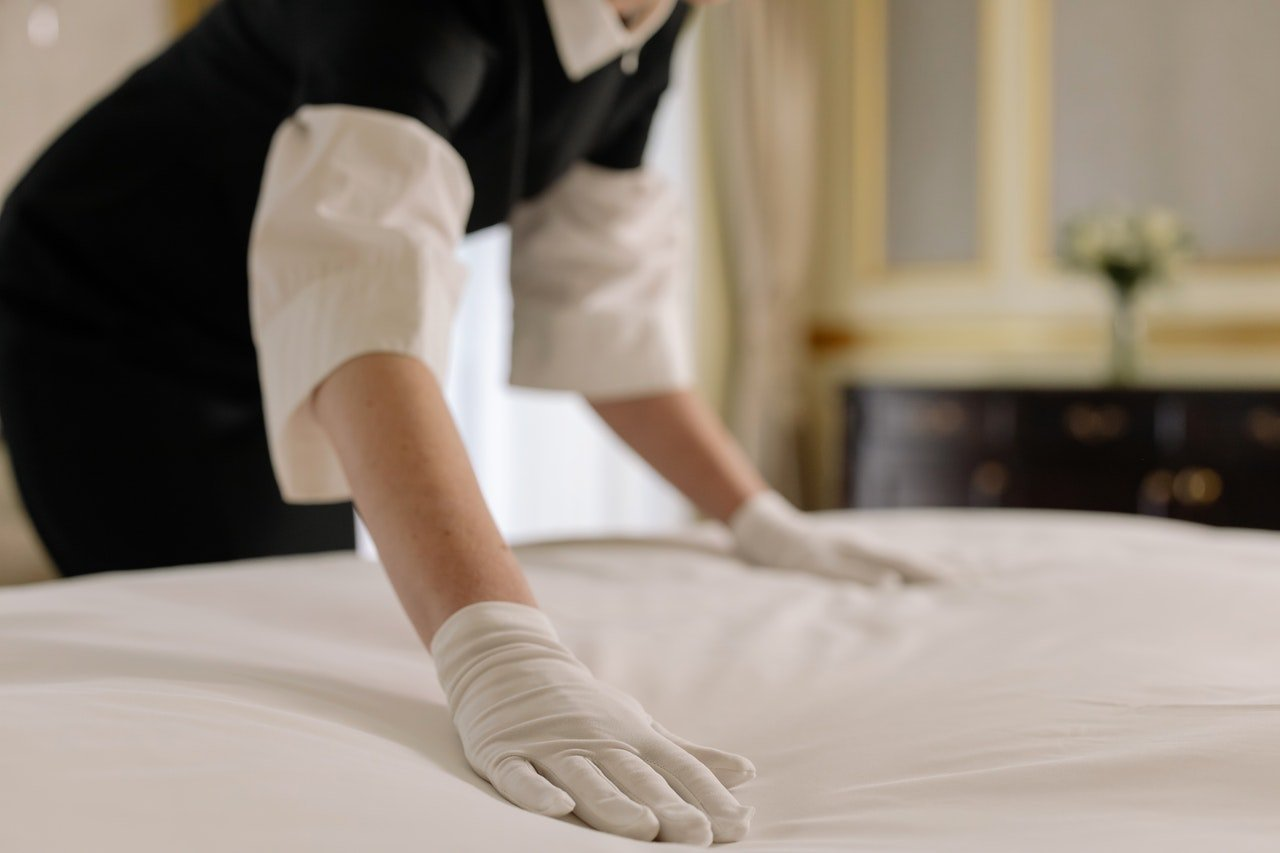 Photo of a maid laying a bed | Photo: Pexels