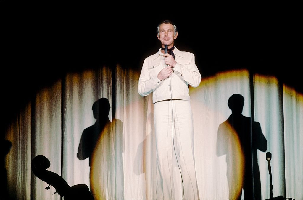 Host of the Tonight Show Johnny Carson performs at the Sahara Hotel in Las Vegas circa 1973. | Photo: Getty Images