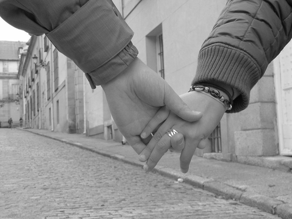Les mains entrelacées. | Photo : Flickr