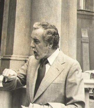 Fernando Rey conversando en la calle. | Foto: Wikimedia Commons