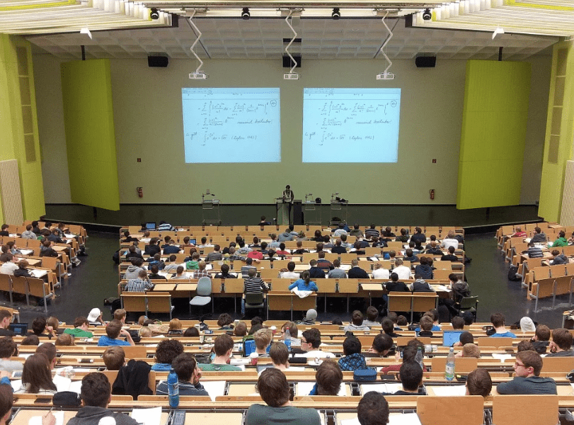 An image of university students receiving lectures in a hall. | Photo: Pixabay.