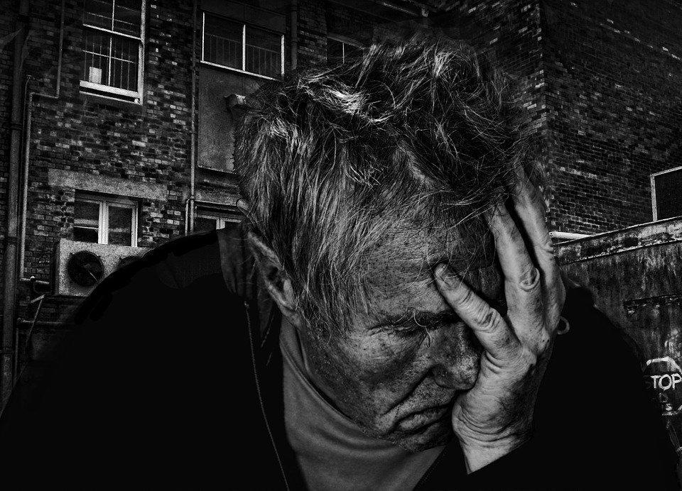 Erschöpfter Mann in Schwarz/Weiß | Quelle: Pixabay