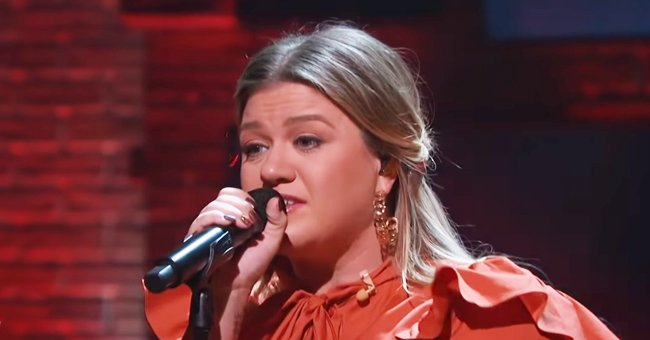 Kelly Clarkson Shows off Powerful Voice While Singing 'Mr Brightside' on Her Show