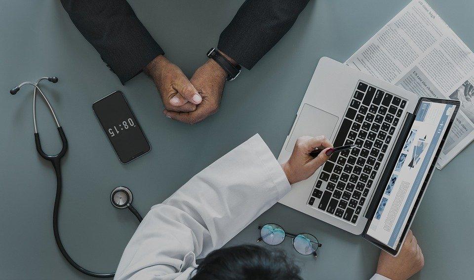 Un médecin avec son patient. l Source: Pixabay