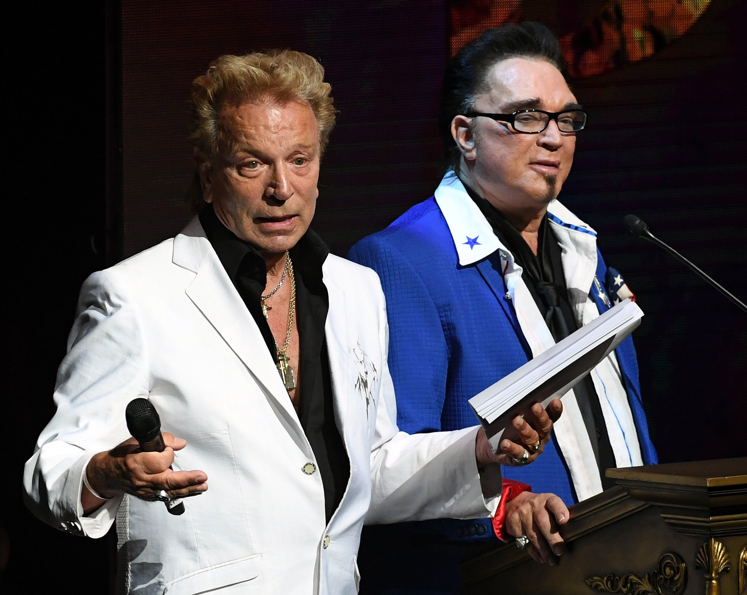 Siegfried Fischbacher (L) and Roy Horn (R) speaking at the HELP event in Las Vegas in September, 2016. | Photo: Getty Images.