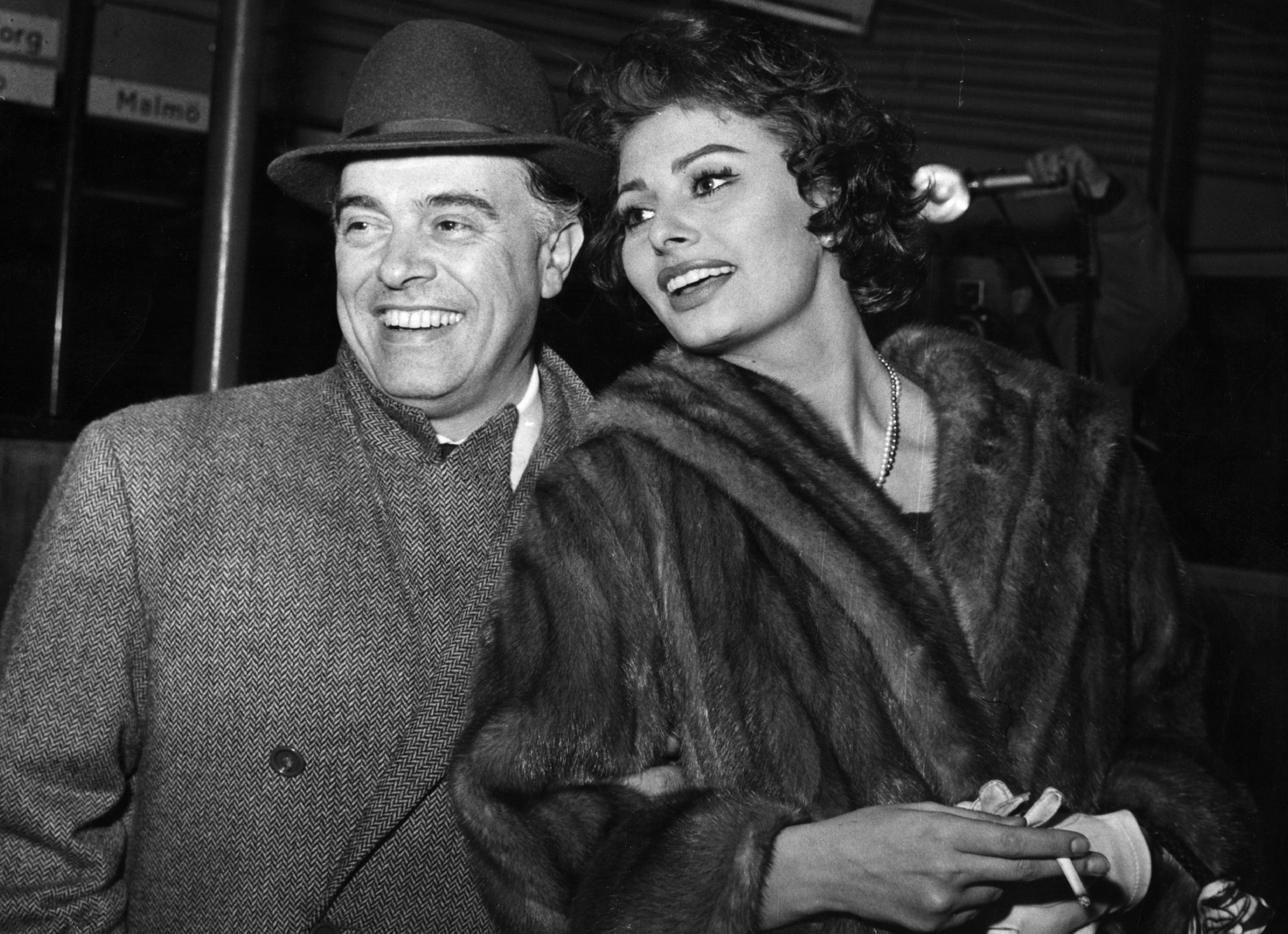 Carlo Ponti, et sa femme Sophia Loren, arrivant à Copenhague en route de Rome à Los Angeles. | Photo : Getty Images