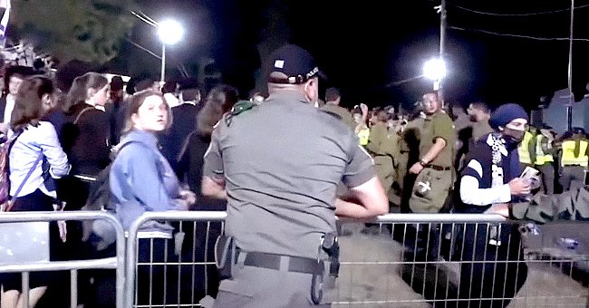 Police trying to control crowd at Jewish festival | Photo: YouTube.com/thesun