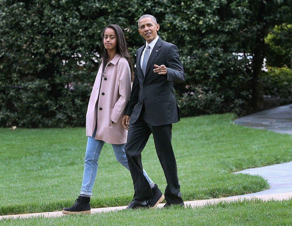 Barack Obama marche avec sa fille Malia avant de quitter la Maison Blanche 7 avril 2016 |  Photo : Getty Images