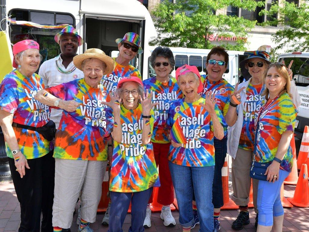Des membres Senior de la Coalition LGBT prennent part au 48e défilé annuel de la Boston Pride Parade | Photo : Getty Images