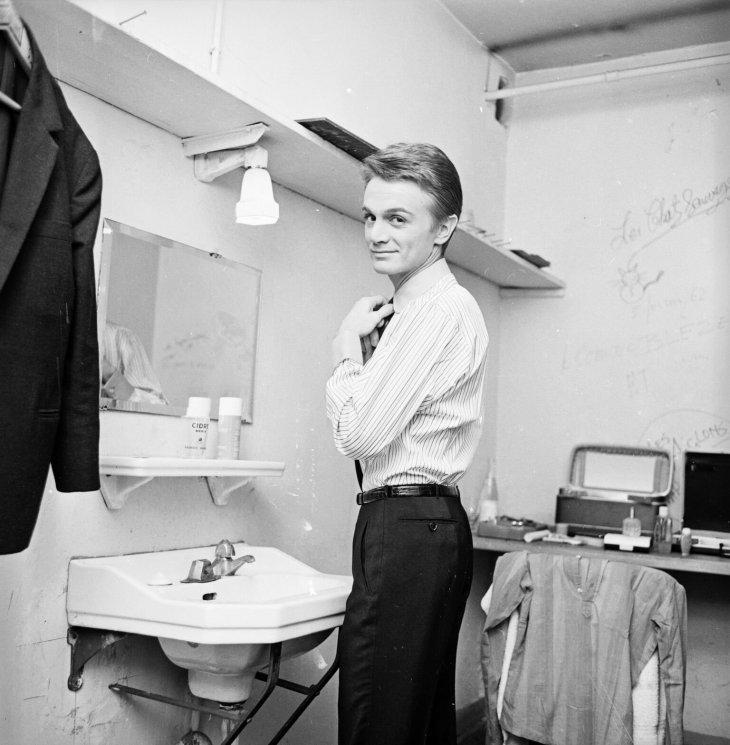 Claude François se préparant pour un spectacle. l Source: Getty Images