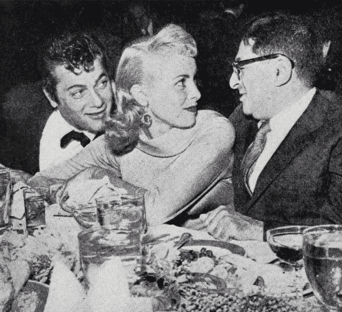 Tony Curtis with wife Janet Leigh and journalist Sidney Skolsky. | Source: Wikimedia Commons