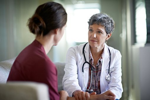 A doctor talking to a lady.| Photo: Getty Images.