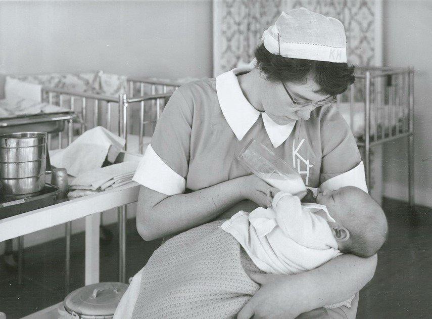 Enfermera atendiendo a un bebé. | Imagen: Flickr