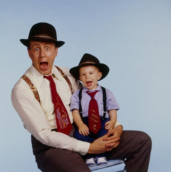Harry Anderson (1952 - 2018) as he poses, with his son, Dashiell, on his lap | Photo: Getty Images