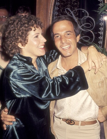 Helen Reddy and Jeff Wald on May 29, 1977 dining at the Golden Nugget Hotel and Casino in Las Vegas, Nevada. | Photo: Getty Images