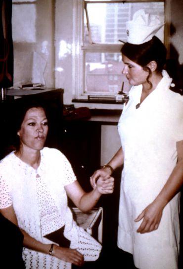 Enfermera atendiendo a una paciente. | Imagen: Pixnio