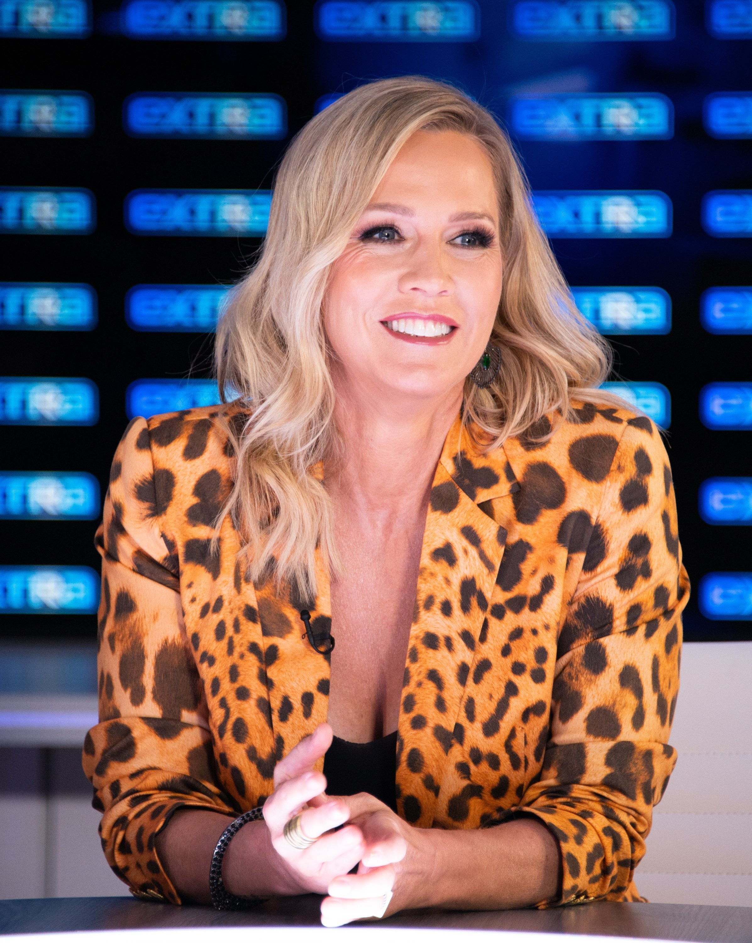 """Jennie Garth visits """"Extra"""" at Burbank Studios on September 11, 2019. 
