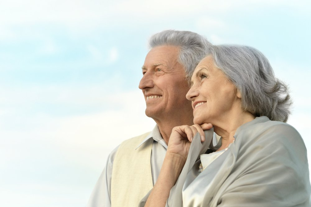 Elderly couple gazing at the sky | Photo: Shutterstock