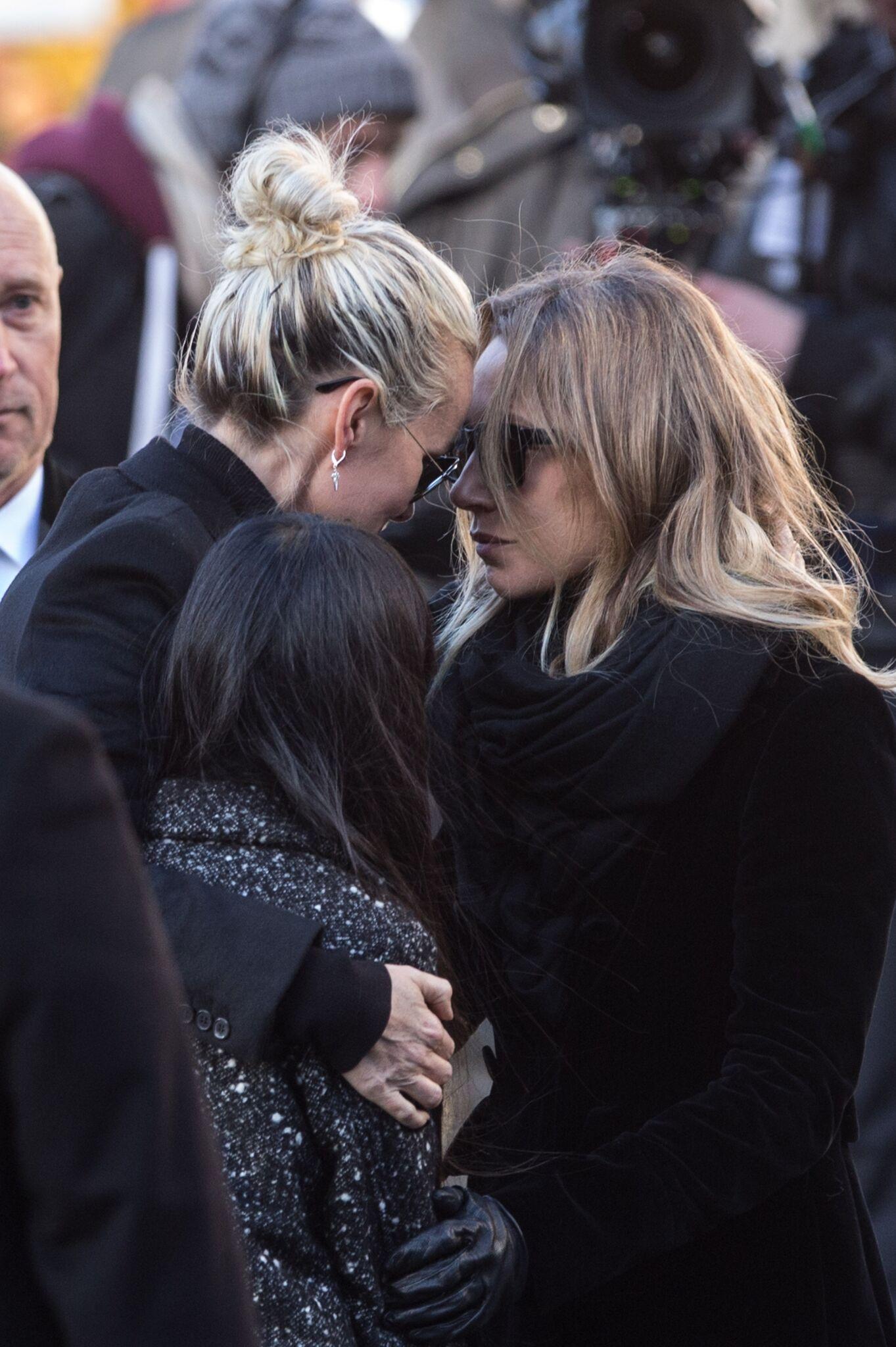 Laeticia Hallyday et Laura Smet durant l'hommage populaire rendu à Johnny. l Source : Getty Images