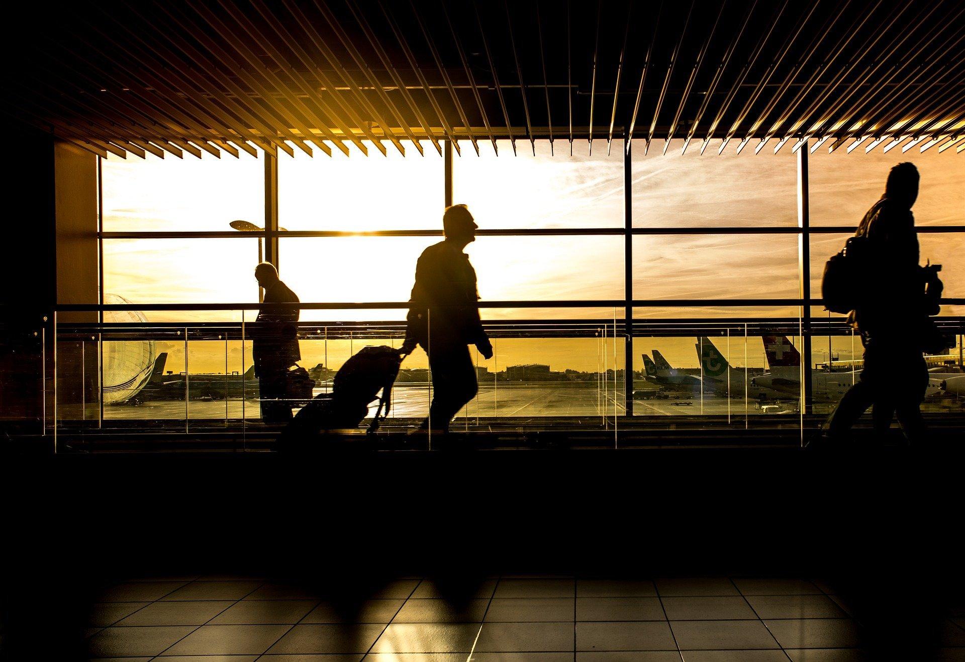 Pasajeros en aeropuerto. Fuente: Pixabay