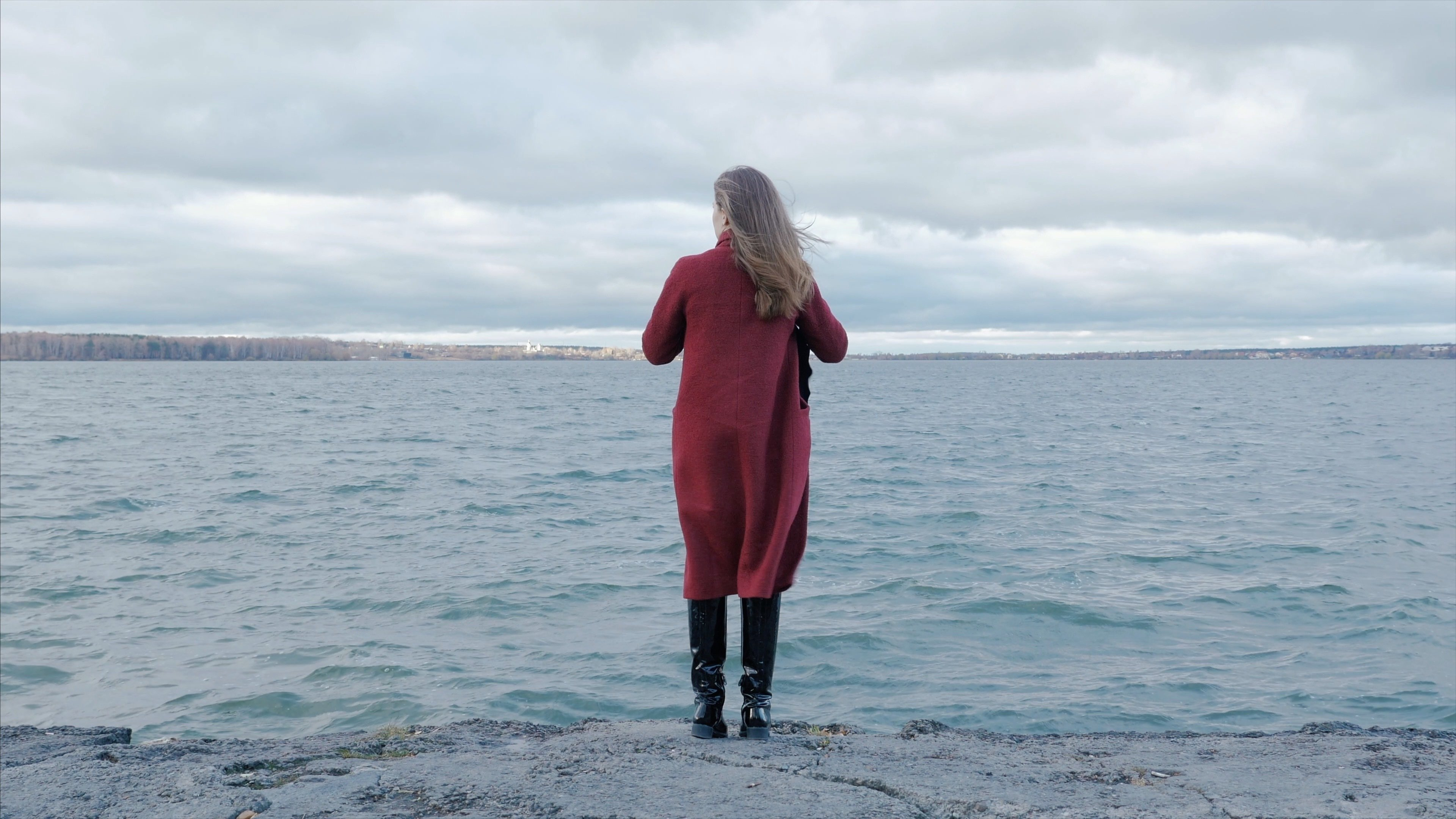 Femme débout sur la plage. | Photo : Shutterstock