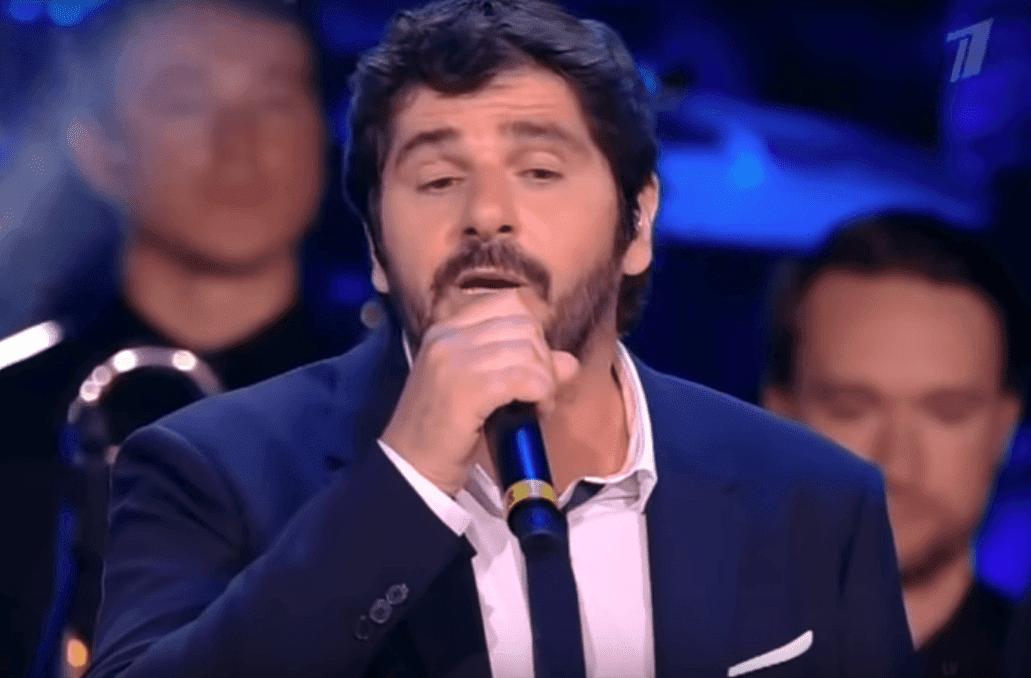 Patrick performant Une vie d'amour sur scene. | YouTube/SvetRimm