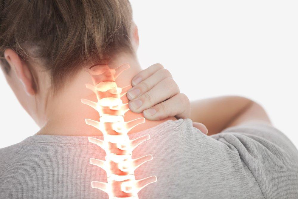 Mujer con dolor de cuello y espina dorsal resaltada. Fuente: Shutterstock