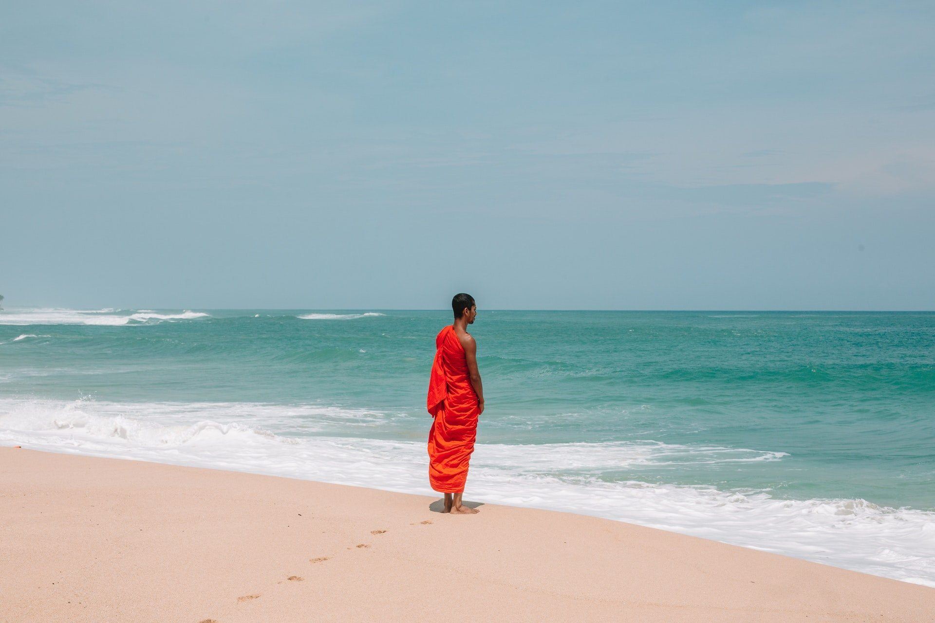 Photo of a monk by the beach | Photo: Pexels