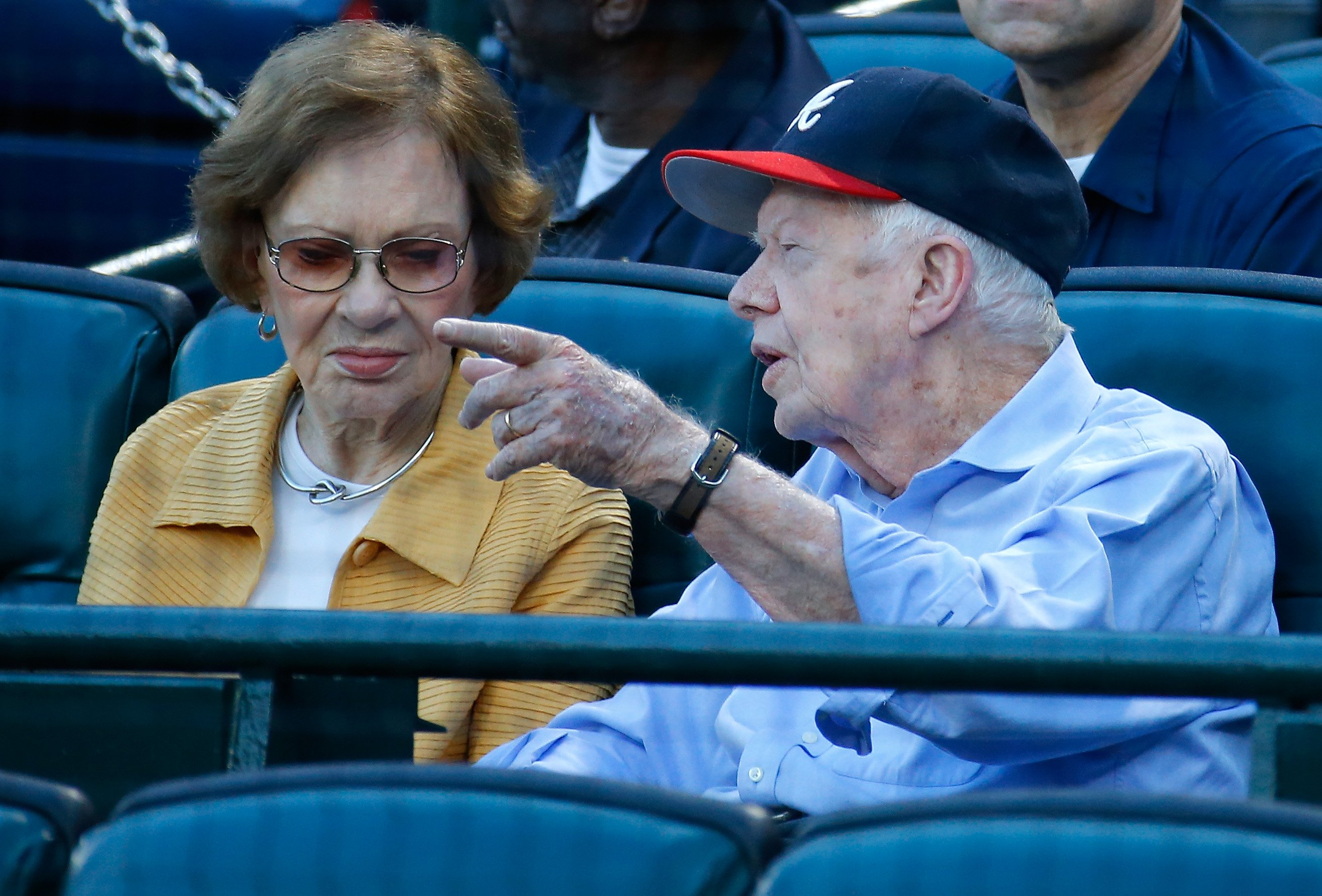 Jimmy Carter et sa femme Rosalynn au match opposant les Braves d'Atlanta et les Blue Jays de Toronto à Atlanta, en Géorgie | Photo: Getty Images