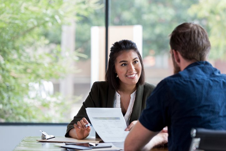 Cheerful businesswoman meets with client | Photo: Getty Images