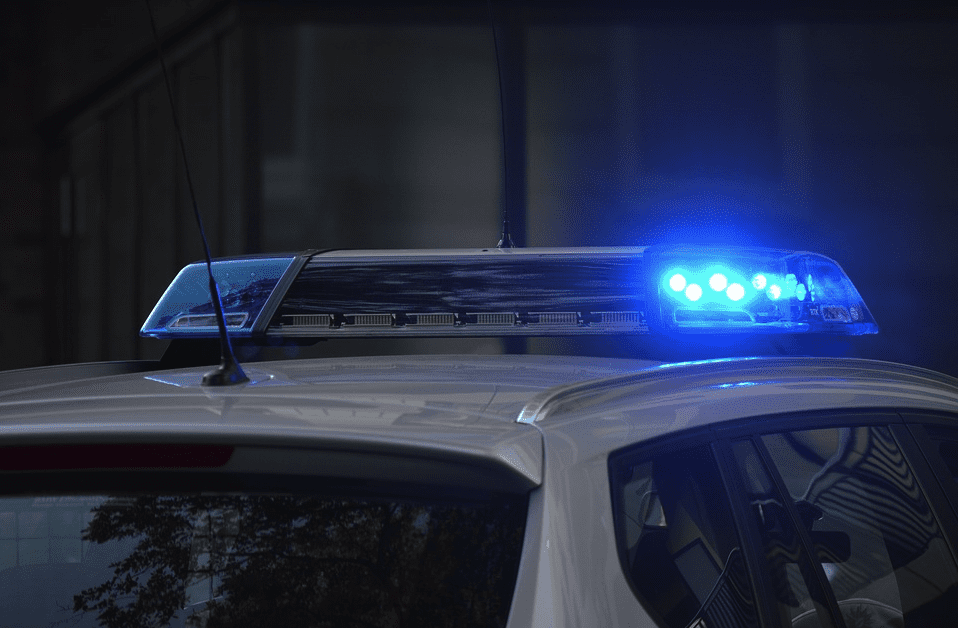 A police car with blue siren light responding to a scene | Photo: Pixabay