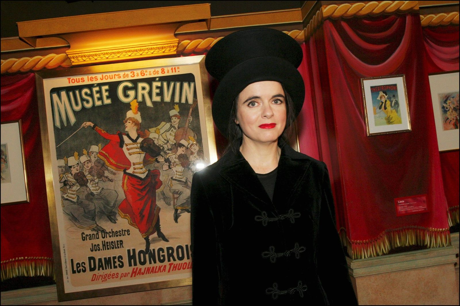 Amélie Nothomb et son mannequin de cire au Musée Grévin à Paris, France, le 04 octobre 2005. | Photo : Getty Images